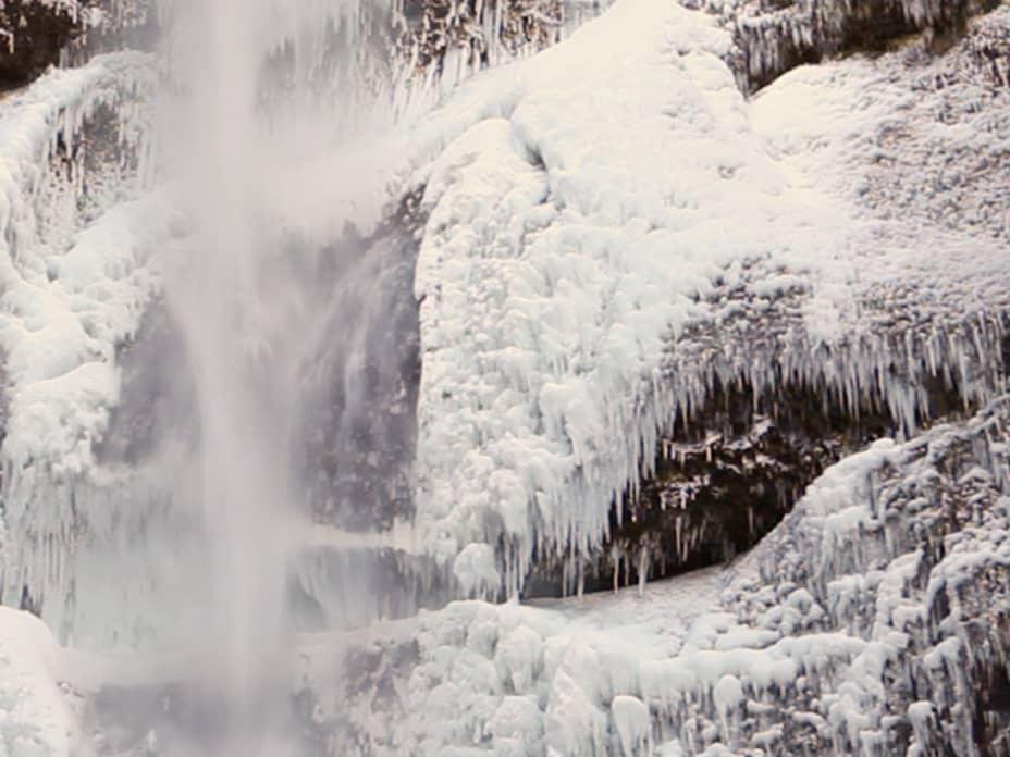 9 Frozen Waterfalls Around the World